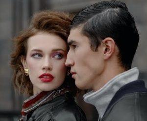 мужчина и женщина смотрят напряженно друг на друга: будут ли отношения гармоничными