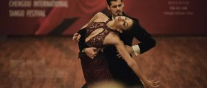 Партнеры танцуют танго на вечеринке , суть мужчины в отношениях и танце быть ведущим