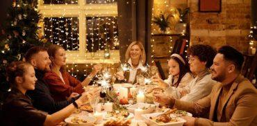 На праздничной трапезе сидит вся семья и задушевно беседует. Простое человеческое общение всем приносит радость.