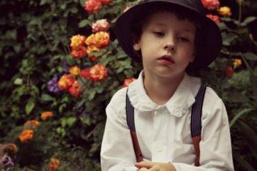 идит обиженный мальчонка: белая рубашечка, черная фетровая шляпа, наверное, папина, глубоко надвинута. Он разочаровался в игре, задумался. Что можно объяснить ребенку про дружбу людей?