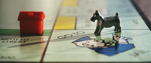 Если есть друзья,c которыми играть интересно, то мир выглядит совсем другим, и нет обиды – проиграл ты или выиграл деревянную собачку...
