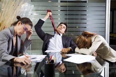 Суть жизни клерка, ироничная сцена. В заваленном бумагами офисе три, уставших от бесполезной работы человека, откровенно демонстрируют свою ненужность.