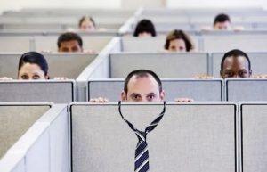 Кабинки опустевшего офиса как клетки. Последние служащие - люди разного цвета кожи - с тревогой смотрят поверх кабинок на нас. Галстук больше не нужен