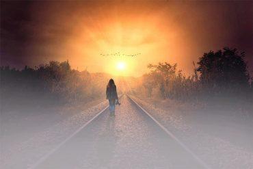 Личная система ценностей человека. Девушка идет по рельсам навстречу восходящему солнцу