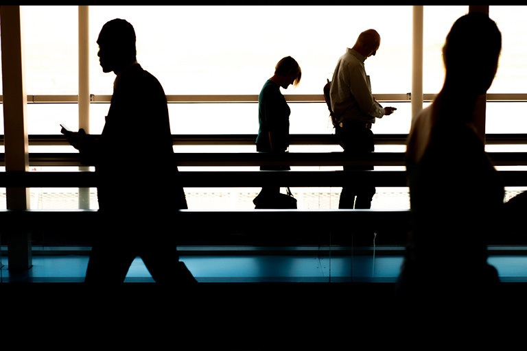 На фоне света изображены темные фигуры людей с безразличными лицами, время кризиса отношений.
