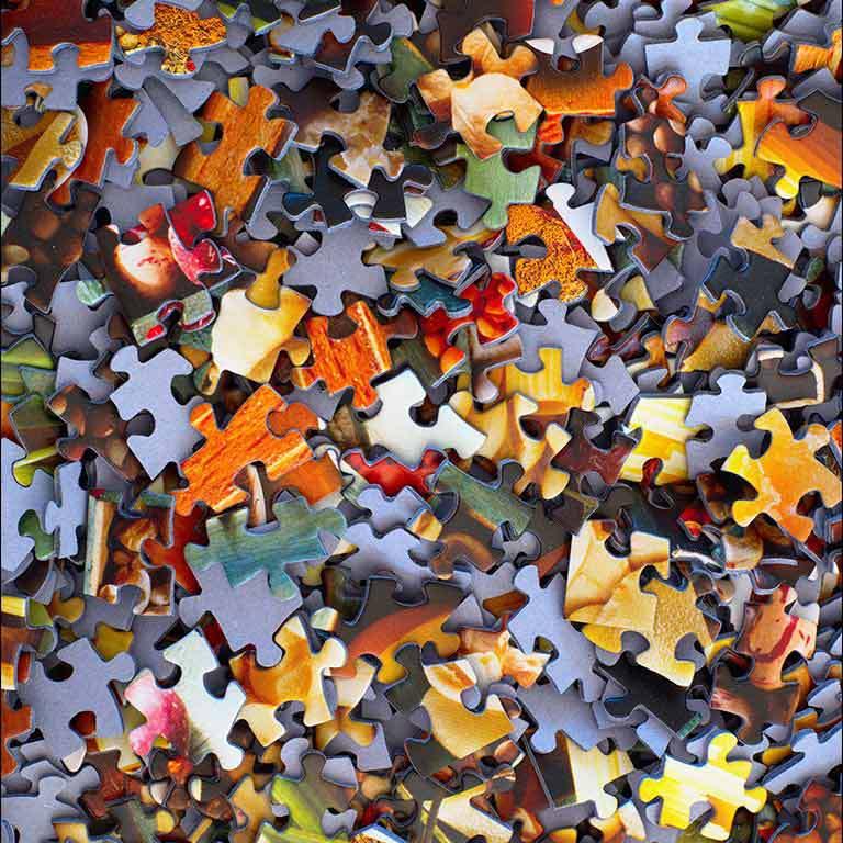 Нагромождение разноцветных пазлов, как изображение анархии и хаоса