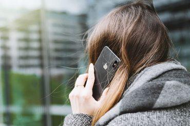 Повернутая спиной к читателю женщина разговаривает по телефону. Даже не слыша, о чем она говорит, можно уловить ее внутренний страх и тревогу