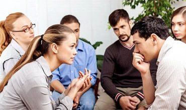Как побороть неприязнь. Молодые люди ведут беседу в кругу