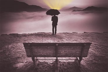 Одинокий мужчина под зонтом смотрит вдаль. По опустившимся плечам можно понять, что не все удачно складывается в его жизни. Возможно, он мысленно подводит итоги прошедшего года.