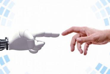 Руки искусственного интеллекта и человека тянутся друг к другу.