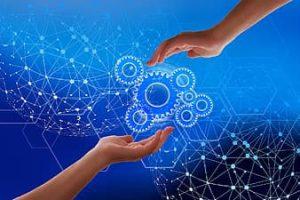 Руки людей тянутся к шестеренкам искусственного интеллекта.