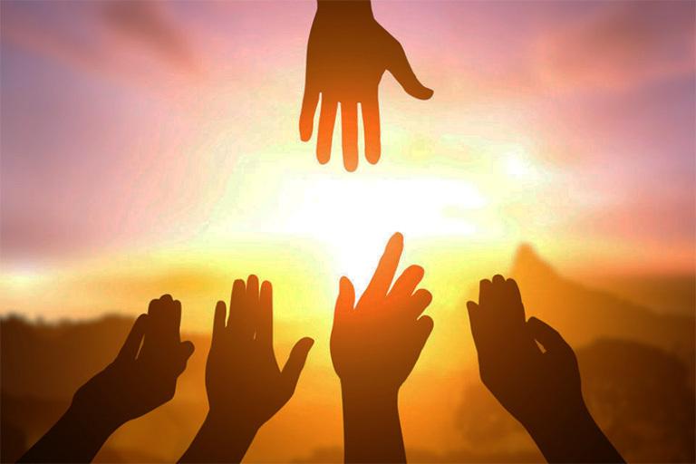 Для того чтобы быть ближе люди тянут руки друг к другу и к солнцу, в этом и состоит влияние коронавируса на жизнь людей.
