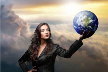 а фоне грозового неба стоит уверенная деловая женщина, держа глобус на вытянутой руке. Ей по плечу любые жизненные проблемы.