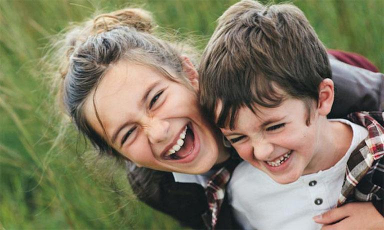 С картинки заразительно льется радость и детский смех. Старшая сестра явно поддается, показывая братишке, что он сильнее нее!