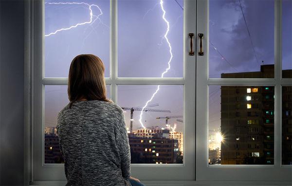 На картинке – одинокая девушка, и гроза за окном. Вспышка коронавируса очень похожа на удары молнии, особенно своей неожиданностью и силой.