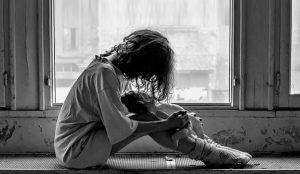 а подоконнике сидит с опущенной головой девушка, тяжело переживая диагноз болезни.
