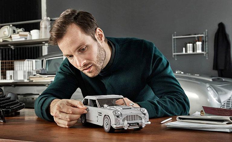 На картинке человек собирает из деталей макет машины, она не сотворена не природой, а руками человека.