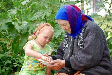 Важна лишь любовь. Бабушка и внучка, нехитрый завтрак на природе. Вместе в одном действии - забота и нежность. Счастье!