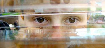 Сквозь щелку в окне на нас внимательно смотрит мальчик. Видны только глаза... Умственное развитие ребенка по возрасту, но его напряженный взгляд говорит об ограничениях в его речевой деятельности.