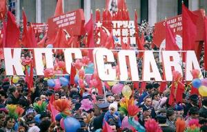 При всей видимой радостной атмосферы праздника в Советском Союзе, всегда чувствовалась какая-то покорность, а хотели ли мы на самом деле участвовать в демонстрациях?..