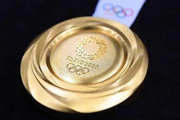 Какой спорт нужен миру? В чем ценность олимпийской медали? На черном фоне медаль с голубой лентой и надписью: ТОКИО 2020. Вечный символ олимпийского движения - 5 крепко переплетенных колец