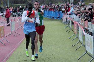 Спорт для мира. Перед финишем кениец Абель Мутаи и испанец Иван Фернандес Анайя. Иван толкает Абеля к финишу. - Почему?