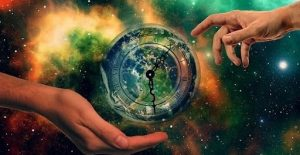 Любовь – это духовное развитие: от любви к партнеру до всего человечества. Эта мысль заложена в аллегорической картине: через звездную галактику тянутся друг к другу две руки, почти касаясь, а между ними земной шар.